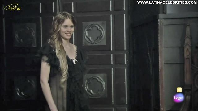 Arantxa Mart Aguila Roja Sensual Brunette Celebrity Posing Hot
