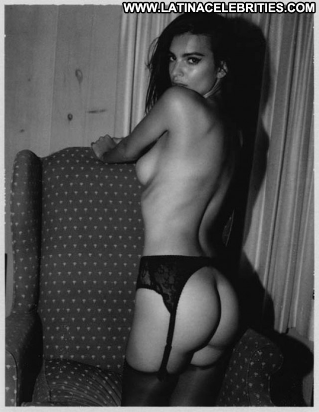 Emily Ratajkowski Hoot Beautiful Celebrity Nude Babe Posing Hot